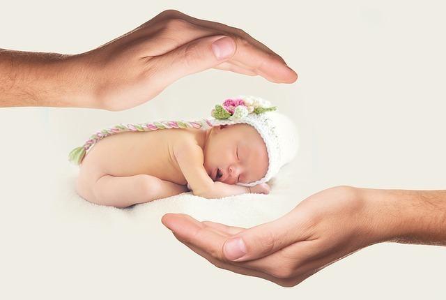赤ちゃんを包み込む手