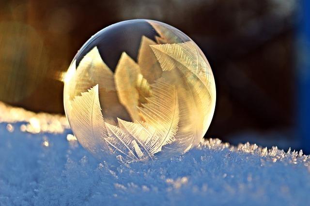 雪の上の雪の結晶を象る水晶のような氷