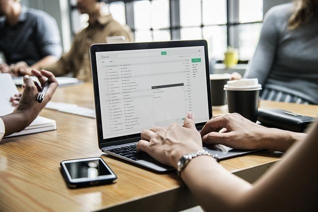 ノートパソコンでメールを書く女性