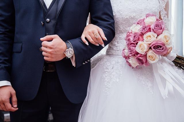 結婚式で手をつなぐ新郎新婦