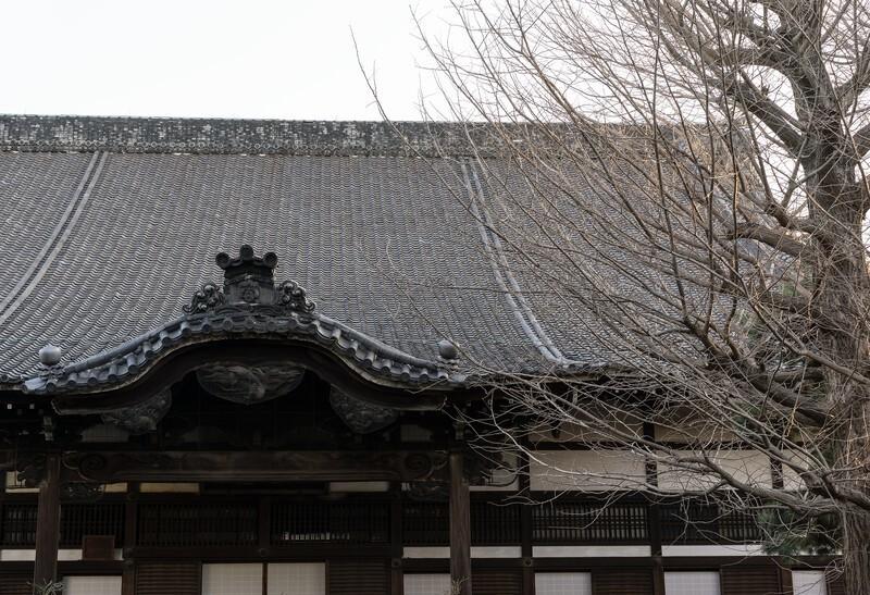 あるお寺に立つ本堂
