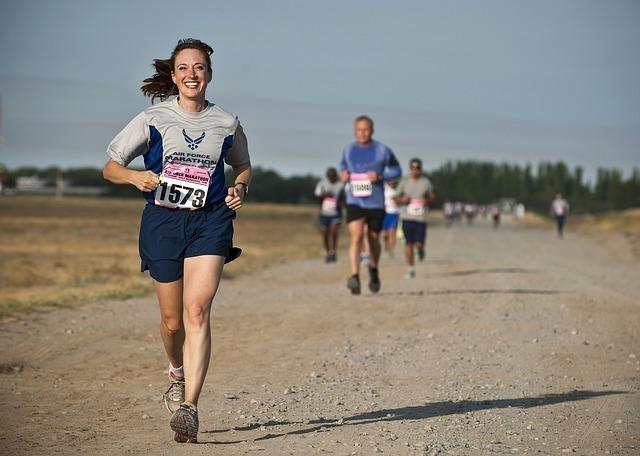 マラソンをしている女性