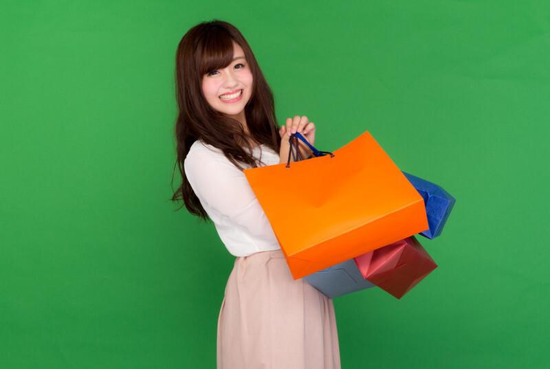 ストレス発散で買い物をする女性