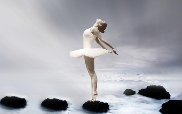 氷河を背に気持ちよさそうに踊るバレリーナ