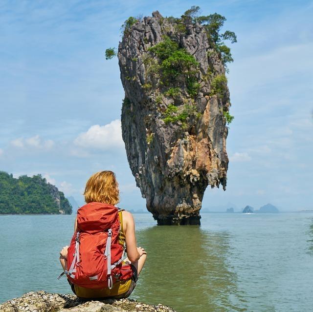 変わった形の岩を見にひとり旅行中の女性
