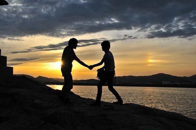 手を取り合う友人たち
