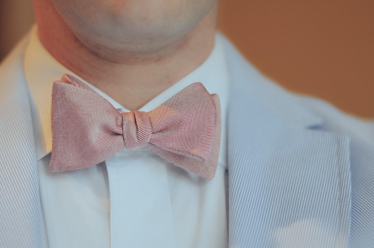 蝶ネクタイをした男性