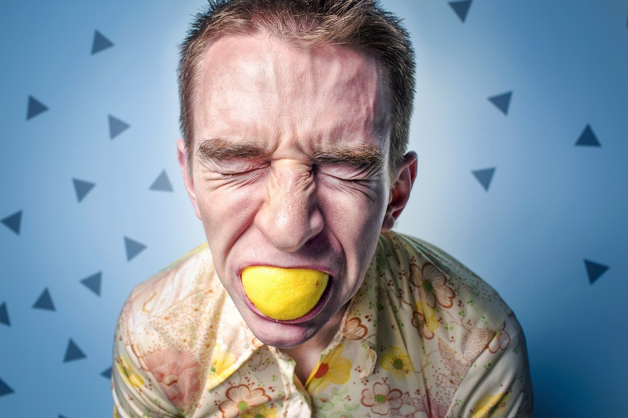 レモンを口に詰める男性