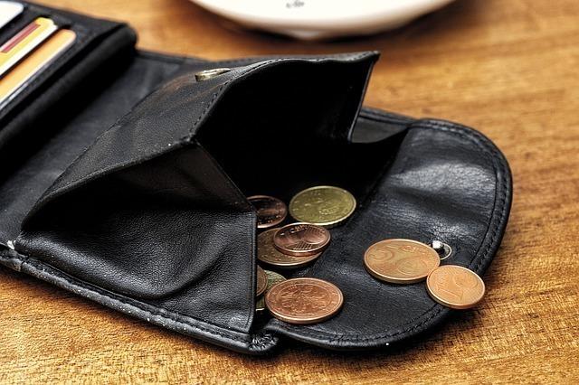 お財布からお金がこぼれる画像