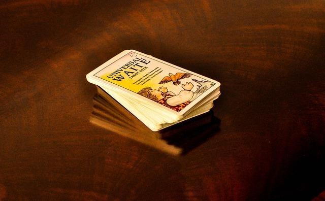 タロットカードの束の画像