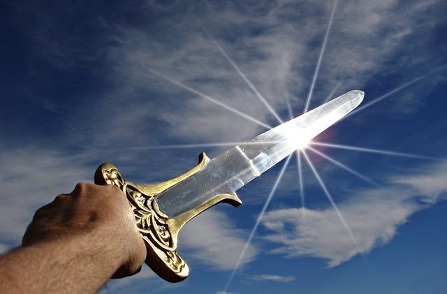 輝く権を太陽にかざし戦いの始まり・出航を表す画像