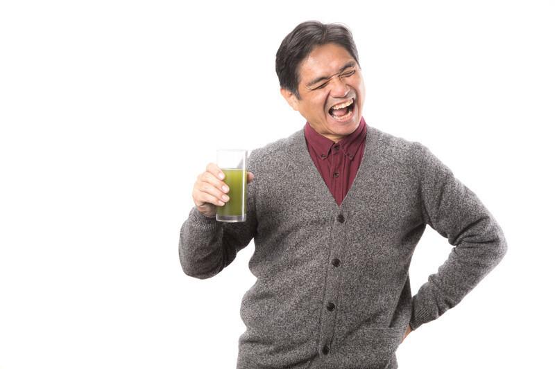 飲み物を飲みながら癖が出る男性
