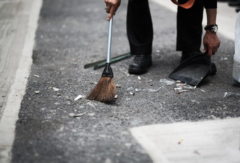 掃き掃除をする人