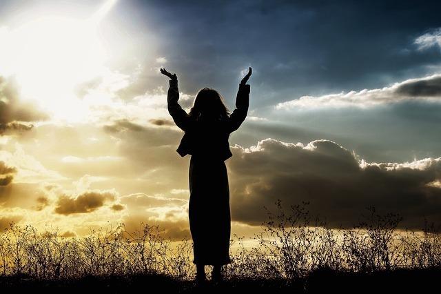 希望を感じ朝日に喜びを表す画像