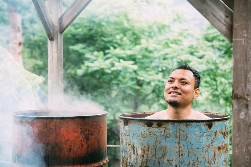 風呂でリラックスする男性