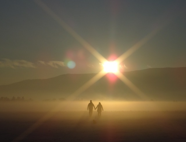霧に煙る朝に歩き始める二人