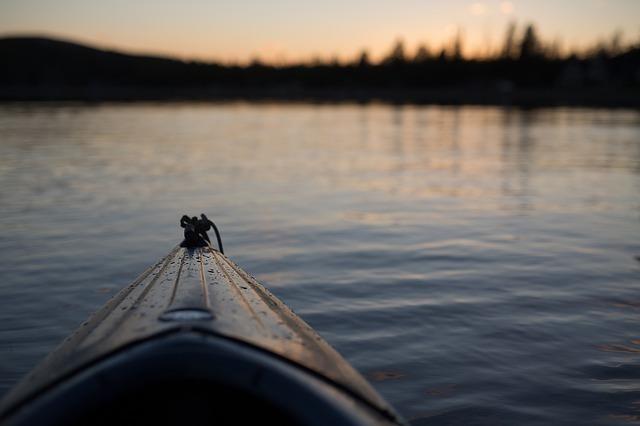 朝日に向かって気持ち良く船を進める画像