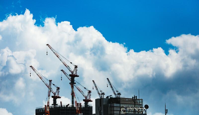 夏空と雲と建設中のビルとクレーン