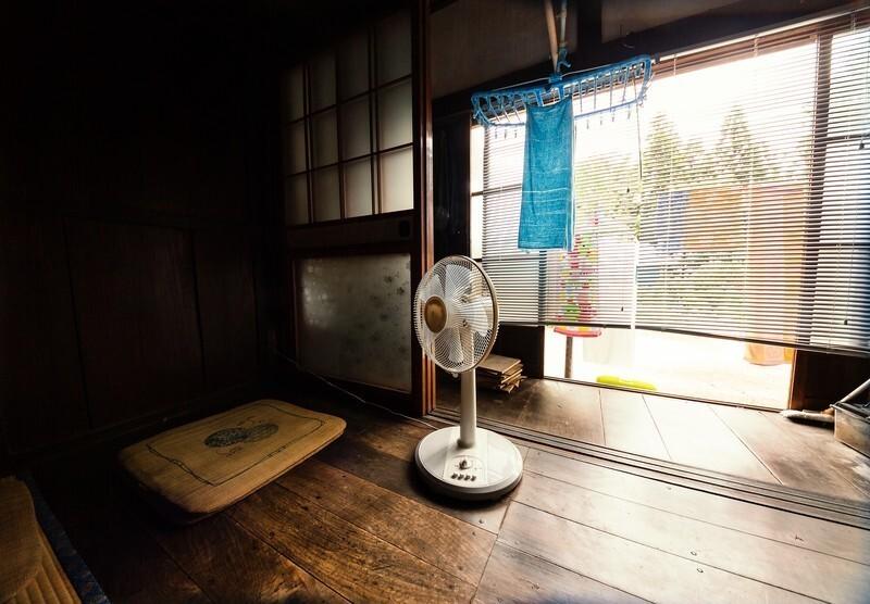 床に置かれた扇風機