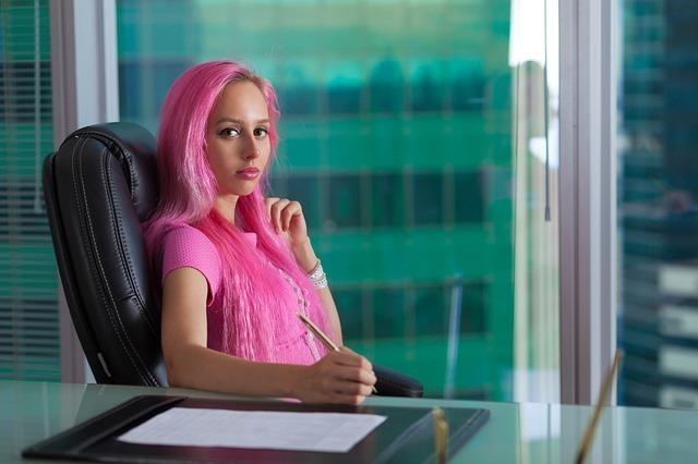 ピンクの髪の女性