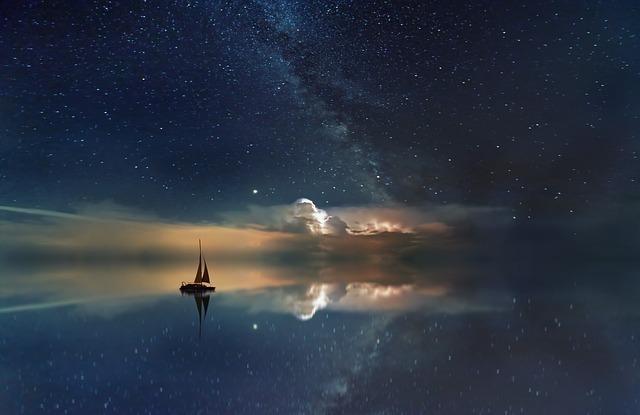 大海に所在なさげに浮かぶ舟