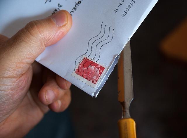 手紙をペーパーナイフで切る男性の手