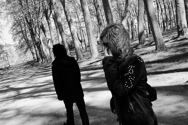 背を向ける男性と女性