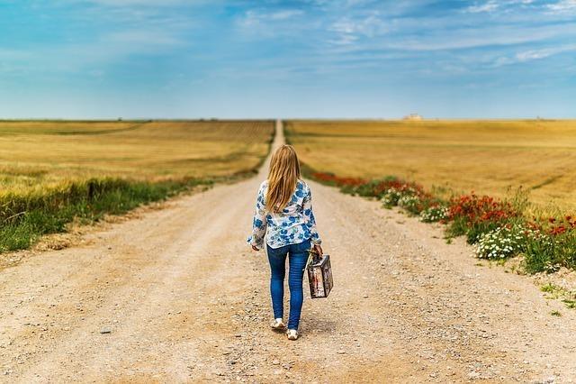 一本道に立つ女性