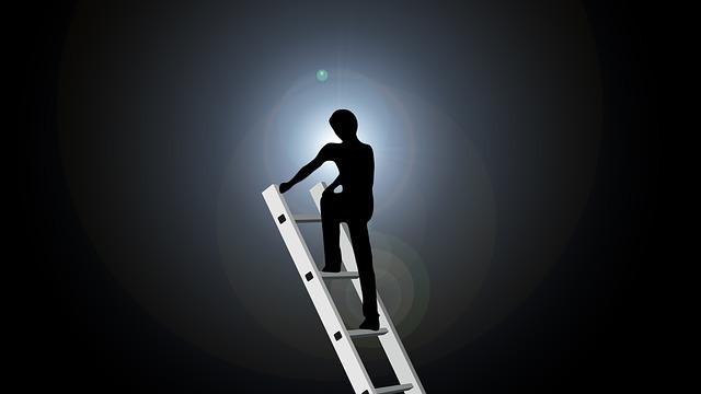 梯子の上にいる人の画像
