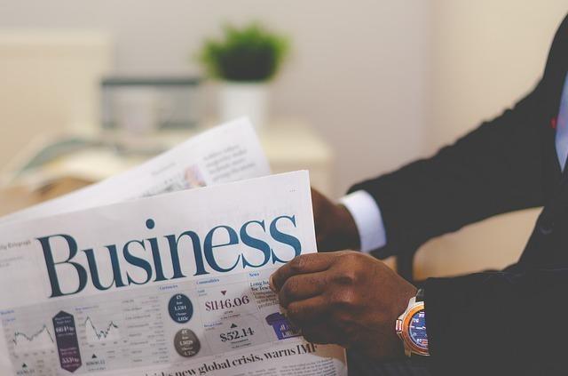 ビジネス書を読む男性の画像