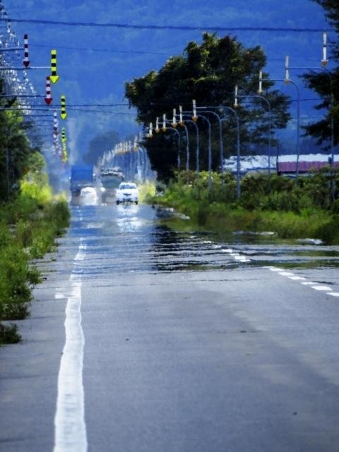 真夏の昼間に見える道路の逃げ水の画像