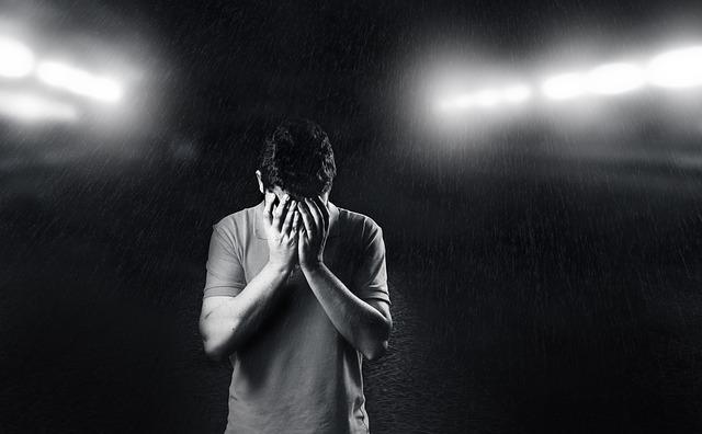 嘆いている男性の画像