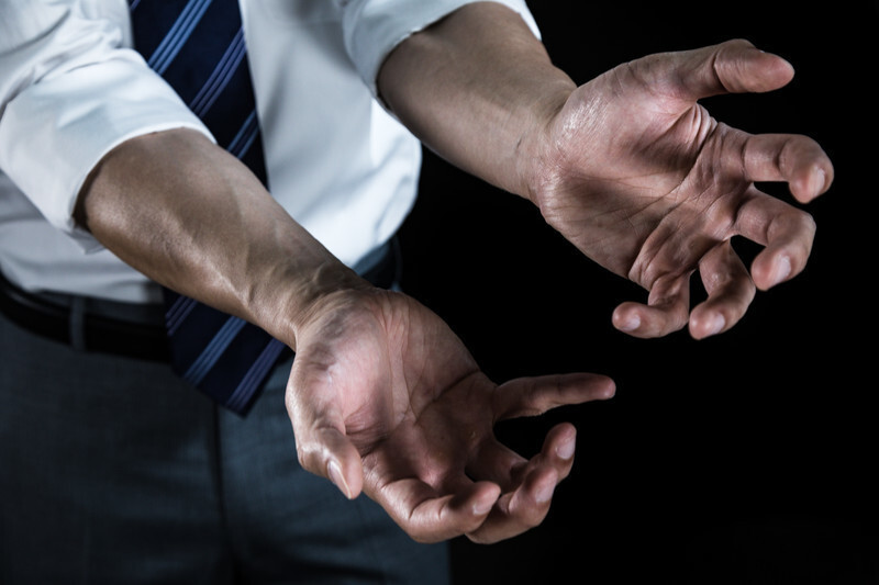 男性の両手の画像