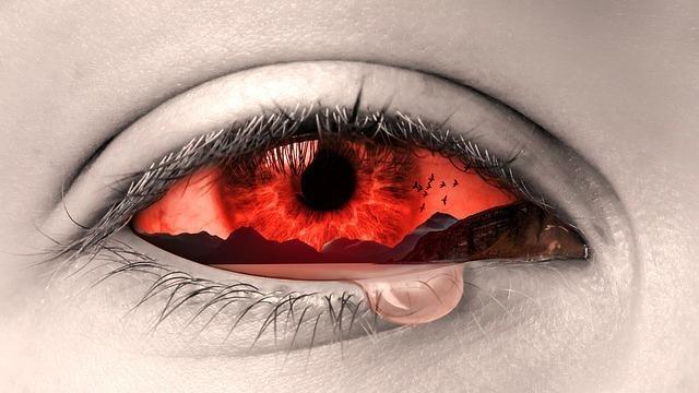 泣いている瞳の画像