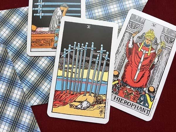 ソードの10とソード9・法王のカード