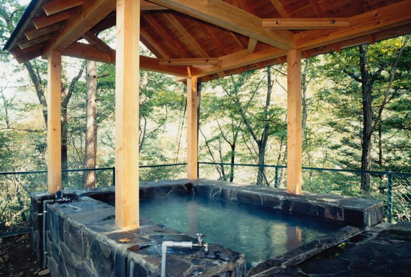 静かな佇まいの中の露天風呂