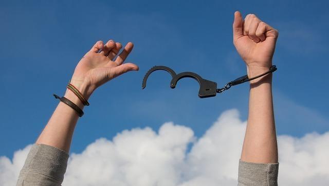 手錠が壊れて自由になる男性