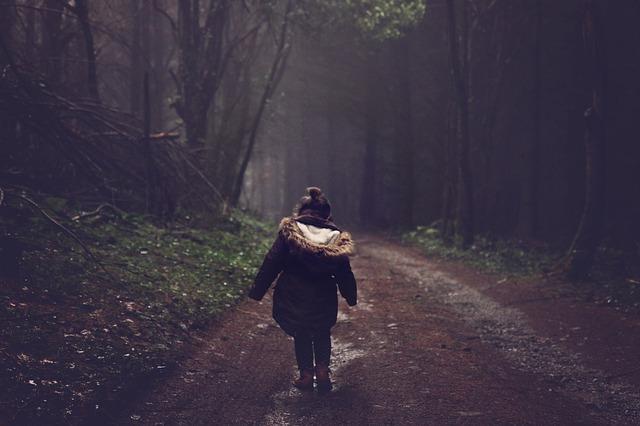 山道を歩く子供の後ろ姿