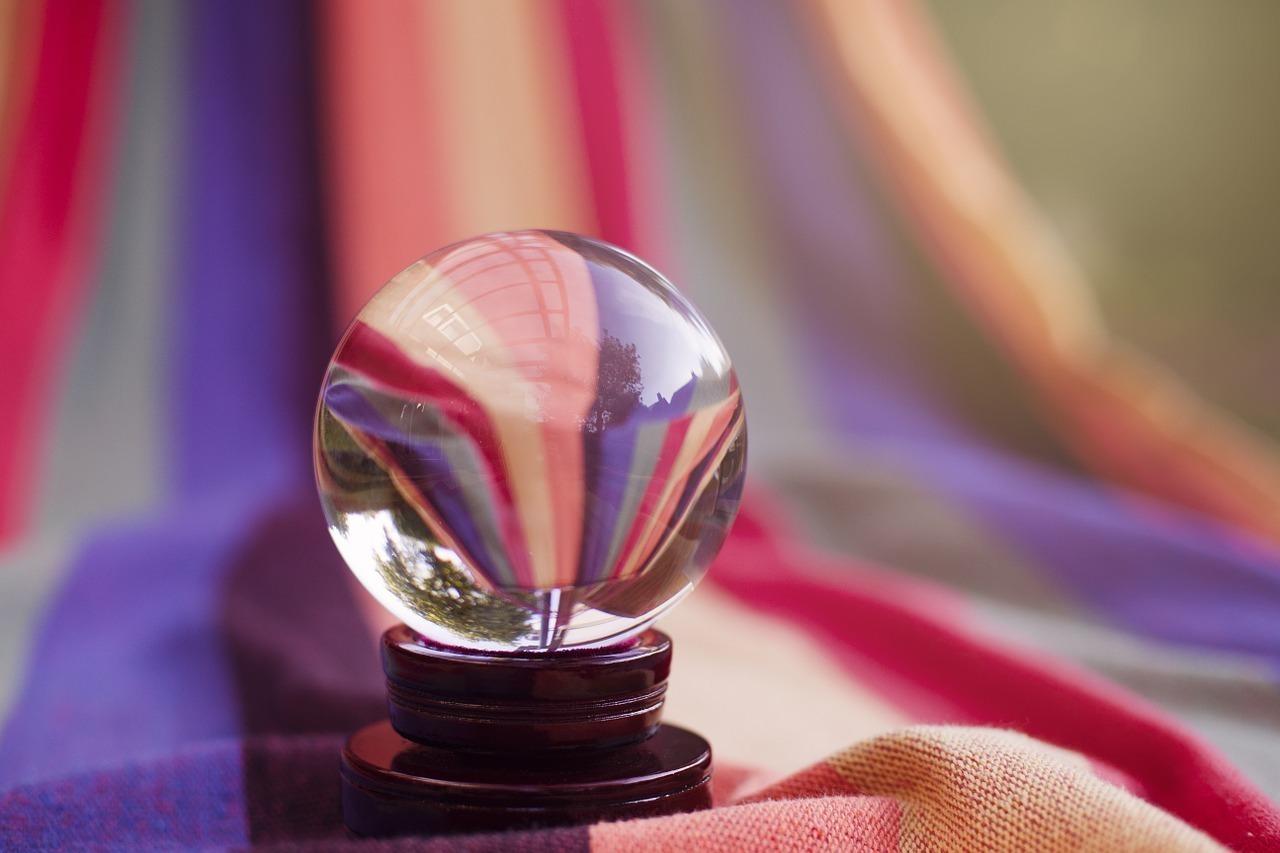 カラフルな布に置かれた水晶
