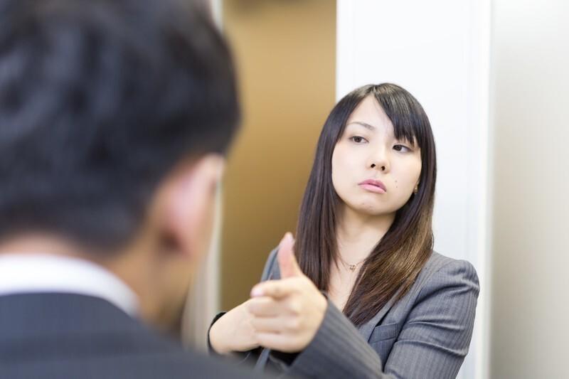 男性に指さして高圧的な態度の女性の画像