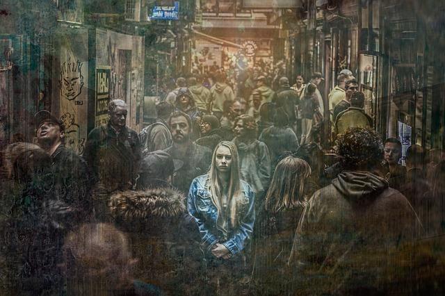 集団の中で孤独を感じる女性