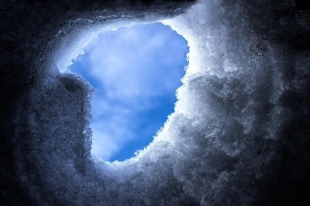 暗く閉ざされていた雪が解け晴れやかな空が希望を予感させる画像