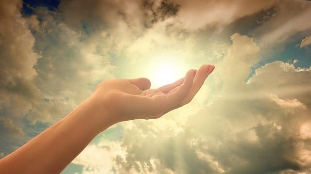手の上に太陽を乗せ、希望溢れる未来をイメージする画像