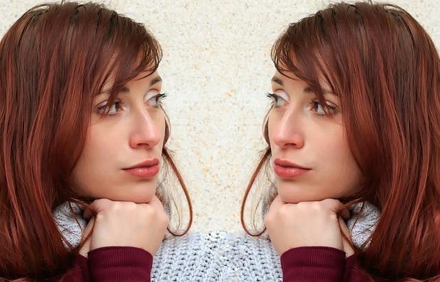 向かい合って互いの顔を見つめる双子