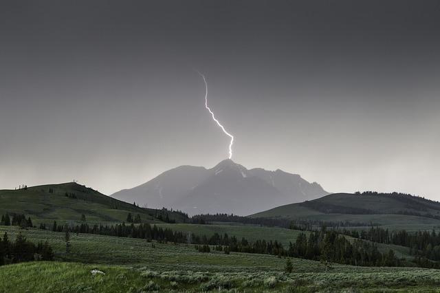 山の雷が落ちている画像