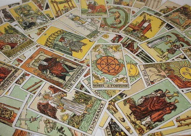 ライダーズ版タロットカードが一面に広がっている