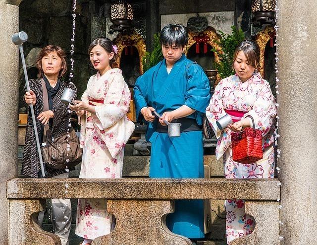 着物で神社に参拝した際に、手水をする男女