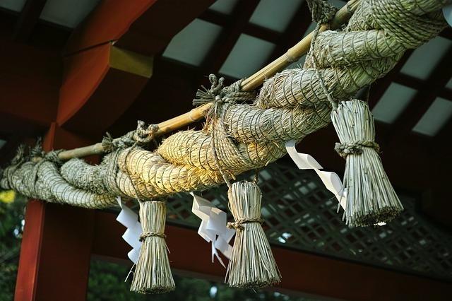 神社にあるしめ縄が垂れ下がっている様子