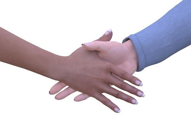 左右から手が出て握手している