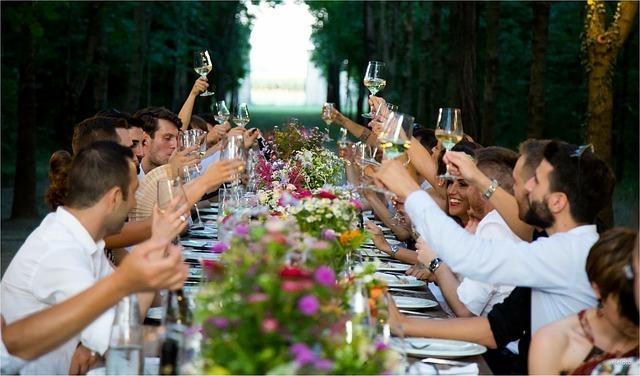 会食をしている大勢の人がグラスで乾杯をしている